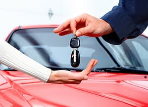 locksmith-services-tech-returns-car-keys
